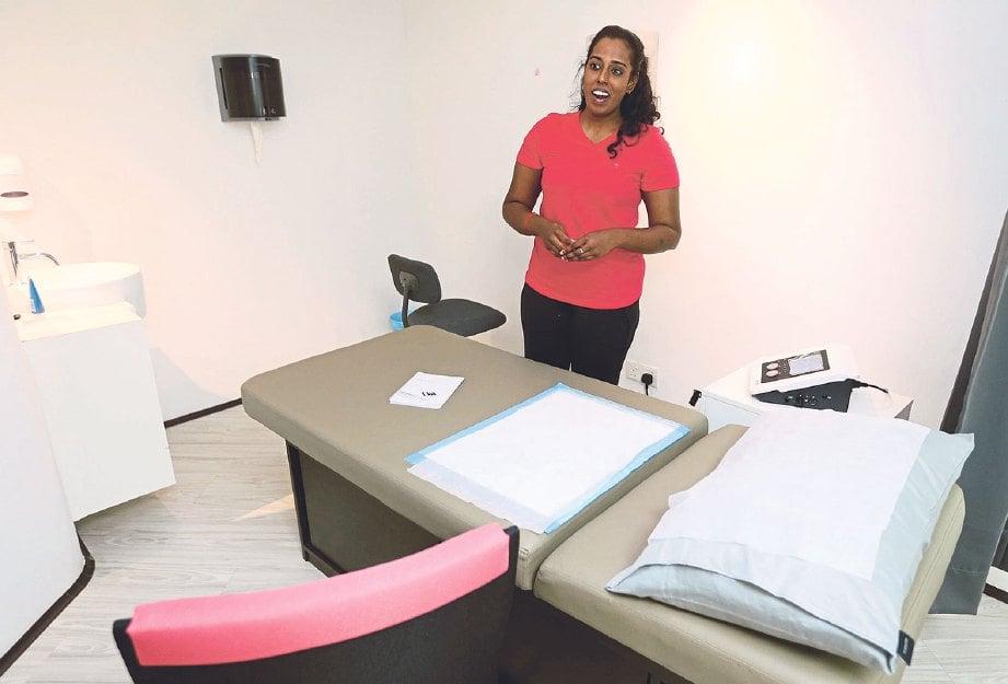 SRI Sakthi menunjukkan bilik untuk prosedur terapi pelvis.