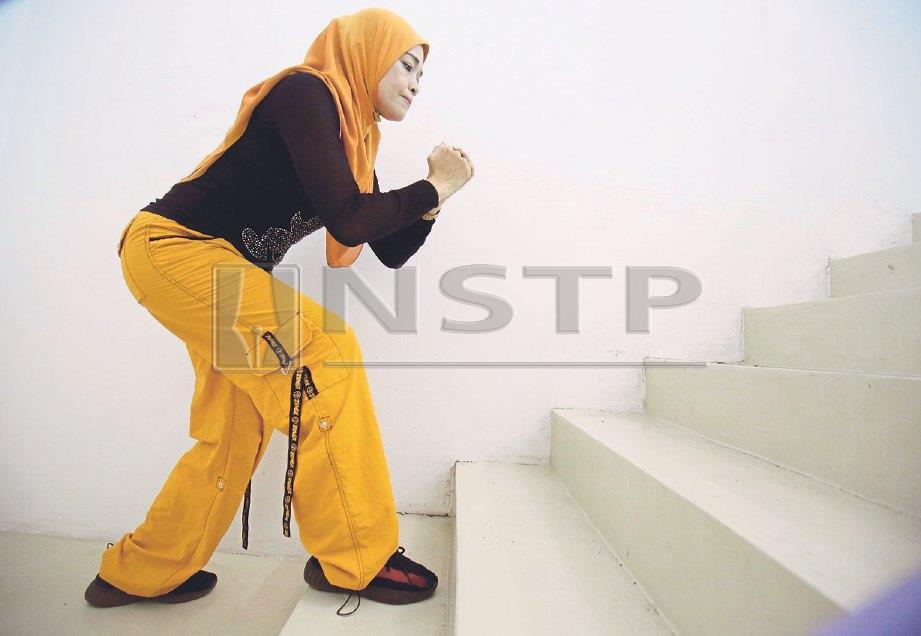 5. NAIK dan turun tangga dalam kelajuan sederhana.