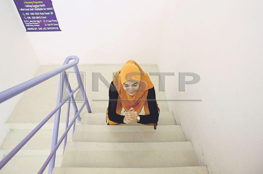 6. MENCANGKUNG dan berdiri sebelum naiki anak tangga satu persatu. Akhiri senaman dengan menaiki dan menuruni tangga mengikut kelajuan yang anda mampu.