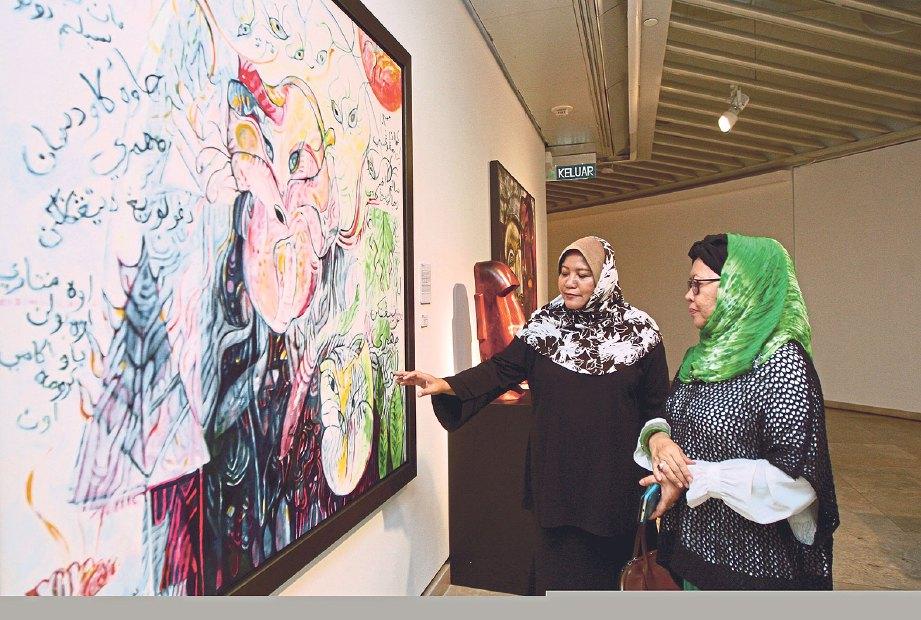 DR Siti Zainon (kanan) memberi penerangan kepada Ratna Siti.