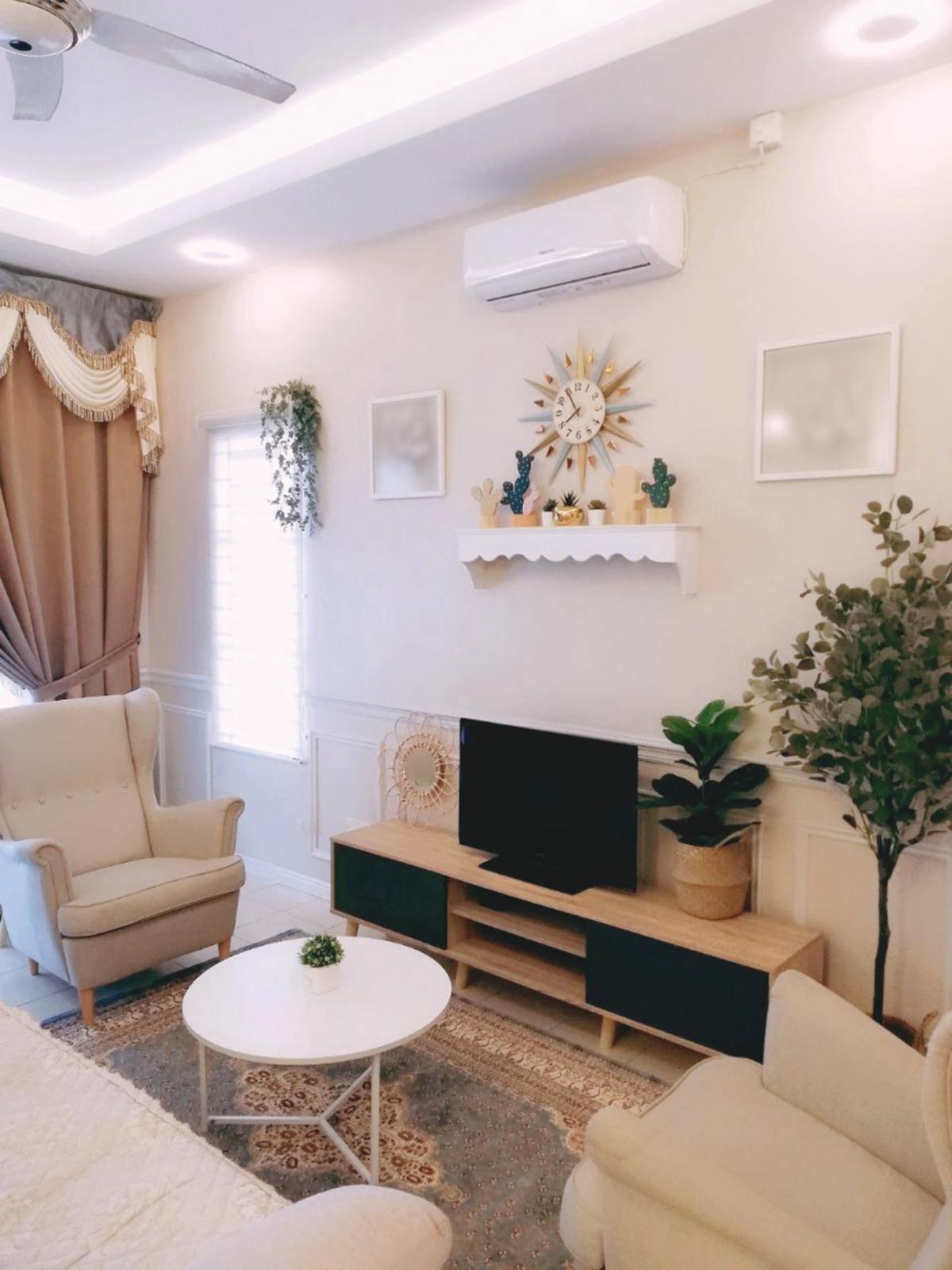KONSEP moden minimalis dipraktikkan di ruang tamu kediaman.