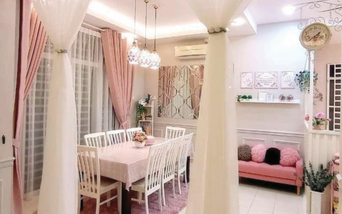 RUANG makan keluarga yang selesa dengan dekorasi putih dan merah jambu.