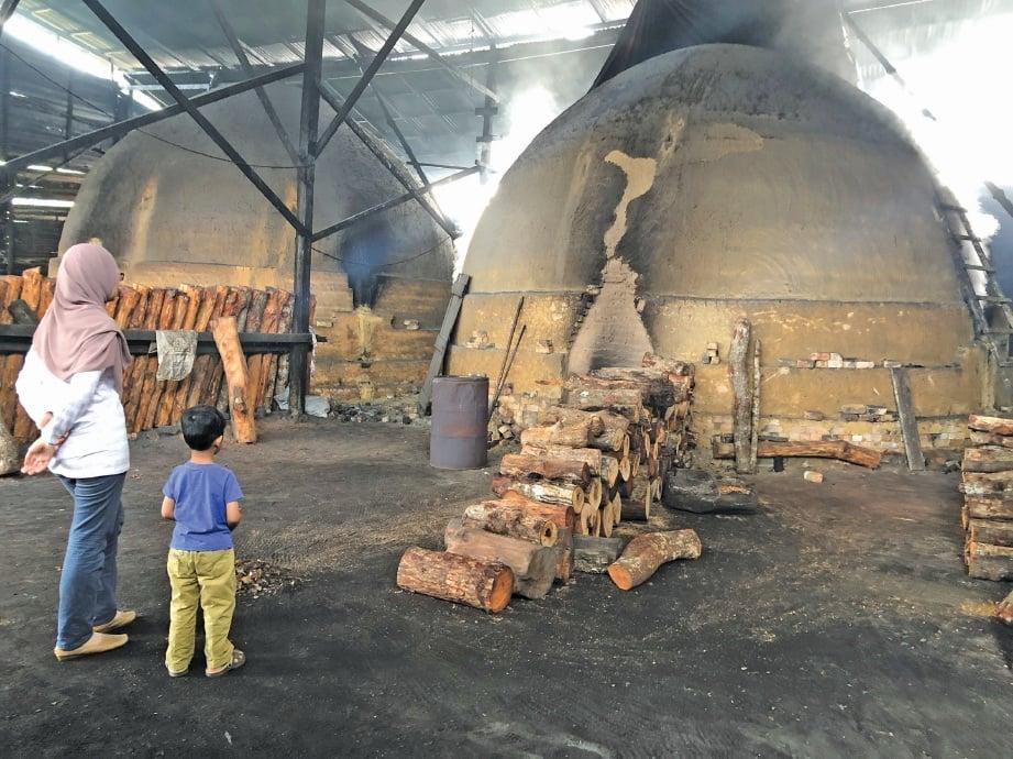 TERUJA meihat dapur yang digunakan untuk membakar kayu bakau. FOTO Nursolehah Abd Aziz