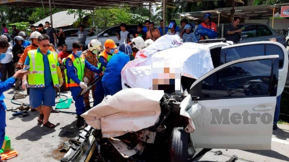 Kereta remuk mengakibatkan dua rakan maut di lokasi. FOTO Ihsan JBPM