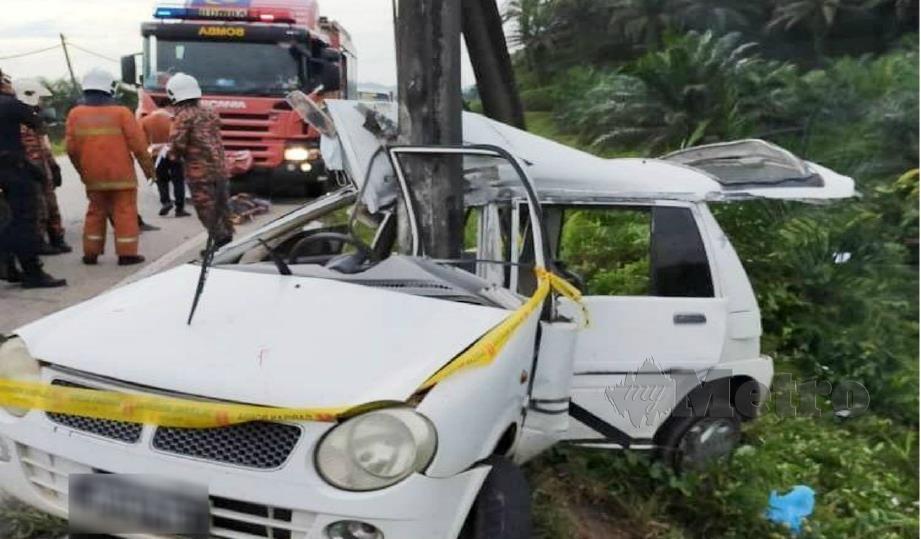 KEADAAN kereta Perodua Kancil yang remuk selepas melanggar tiang elektrik. FOTO Ihsan Pembaca.