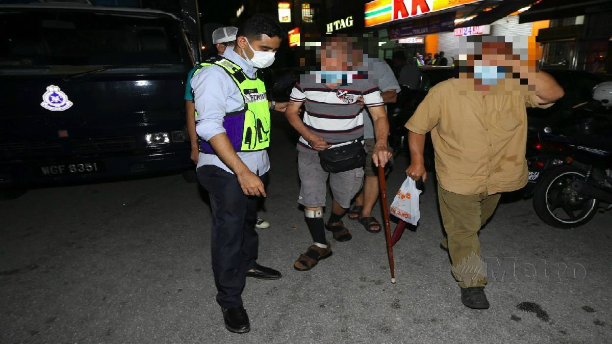 WARGA emas antara ditahan ketika Op Judi Online di Taman  Perindustrian Puchong. FOTO MOHAMAD SHAHRIL BADRI SAALI