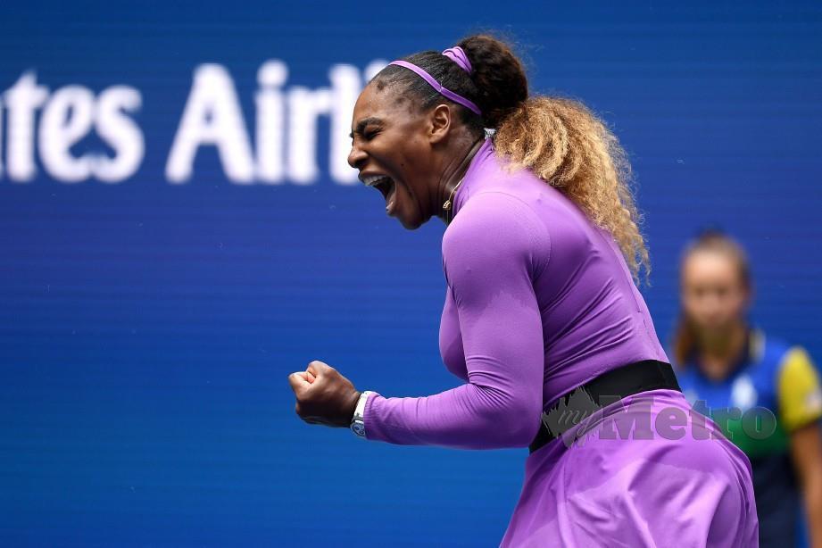 SERENA menjerit kegembiraan meraikan kemenangan ke atas Petra pada Terbuka AS, pagi tadi. — FOTO AFP