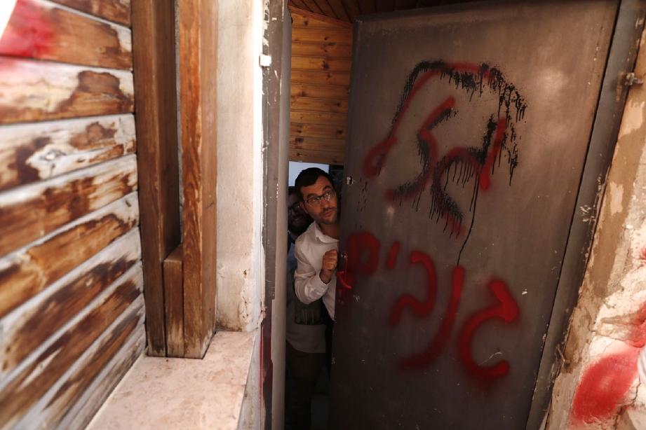 Penduduk Yahudi menjadi penghuni baru rumah keluarga Ayoub Shamasneh. - Foto AFP