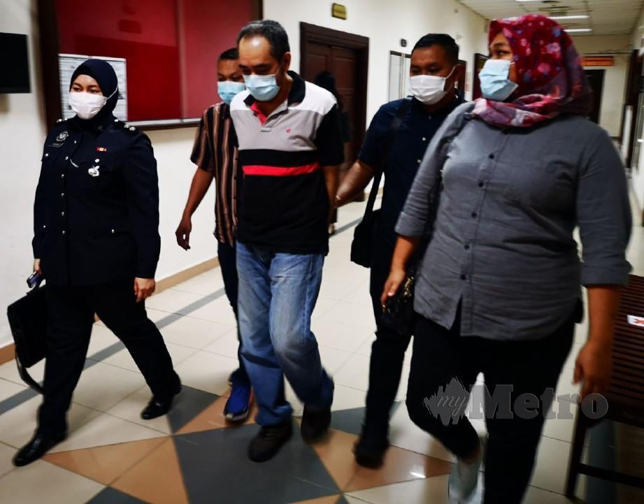 SHAFULLIZAN (tengah) mengaku bersalah atas tiga pertuduhan pecah amanah di Mahkamah Sesyen Kuching. FOTO MOHD ROJI KAWI