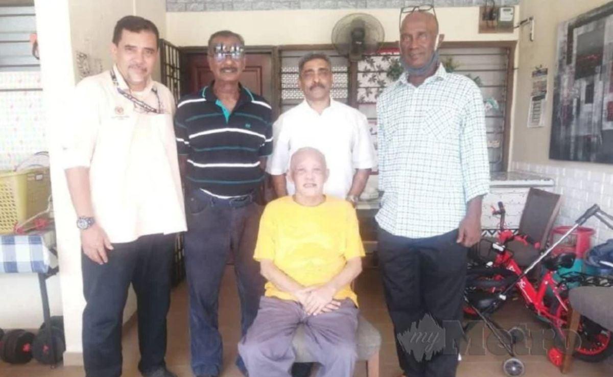 ALLAHYARHAM Mohd Shah (duduk) ketika menerima kunjungan Pengerusi YAKEB, Datuk Noorul Ariffin Abdul Majeed dan  bekas pemain kebangsaan pada Julai lalu.