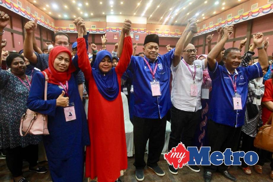 Shahidan (tengah) yang memenangi kerusi bagi Parlimen Arau (P003) bersama calon-calon Barisan Nasional yang menang bagi kerusi Dewan Undangan Negeri dalam Parlimen Arau pada Pilihanraya Umum ke 14 di Dewan Harumanis, Politeknik Tuanku Syed Sirajuddin. -Foto AZHAR RAMLI