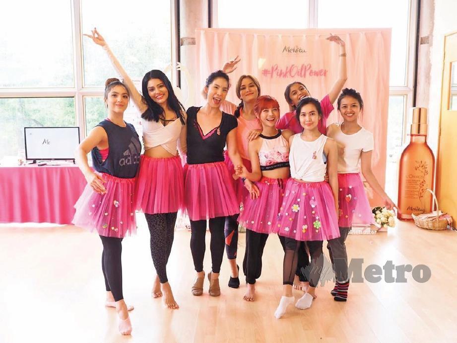 SYIQIN bersama rakan yang menyertai tarian balet.