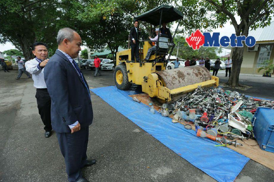Zamri memantau kerja melupuskan barang rampasan. FOTO Fathil Asri