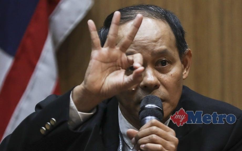 Mohd Shukri semasa memaklumkan hanya tiga menteri yang berani bersuara. FOTO EPA-EFE