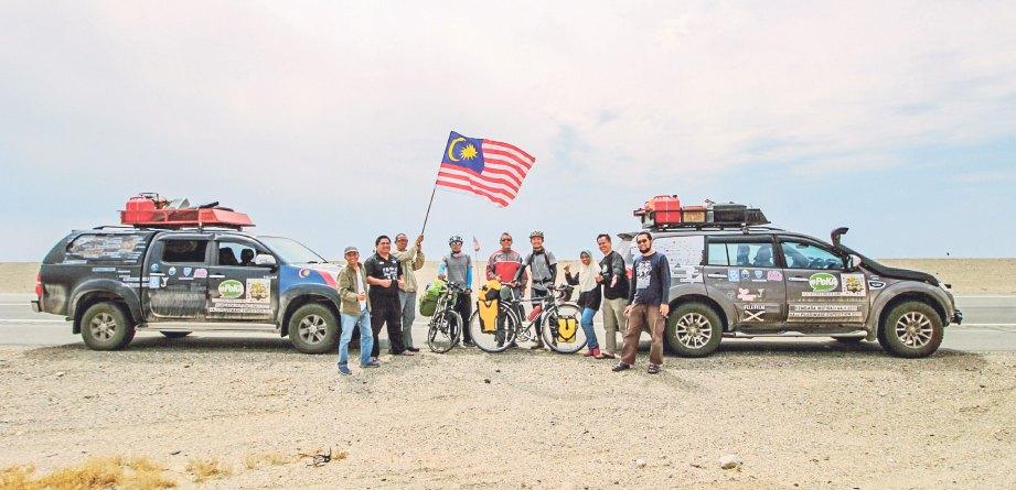 BERSAMA pengkayuh basikal dari Malaysia di Gurun Gobi di Wilayah Omnogovi, Mongolia.