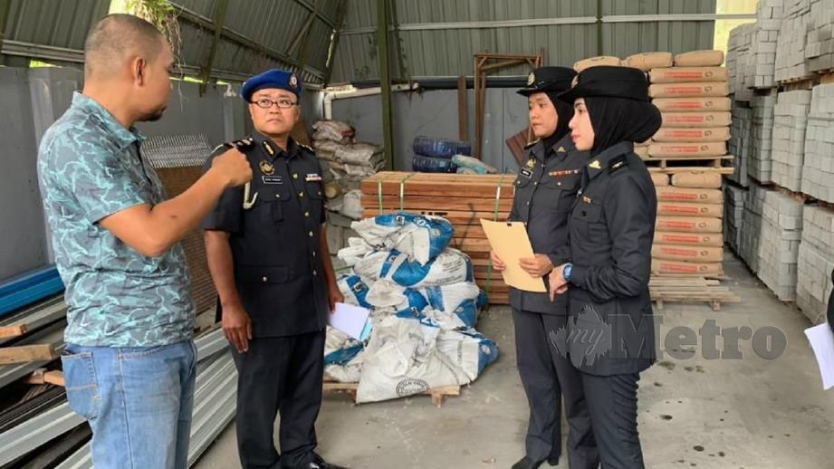 PEGAWAI KPDNHEP Sarawak ketika operasi pemantauan harga simen. FOTO Ihsan KPDNHEP