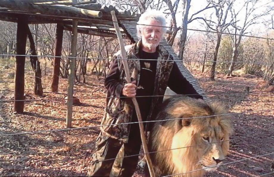 VAN Biljon bersama seekor singa peliharaannya. FOTO Agensi