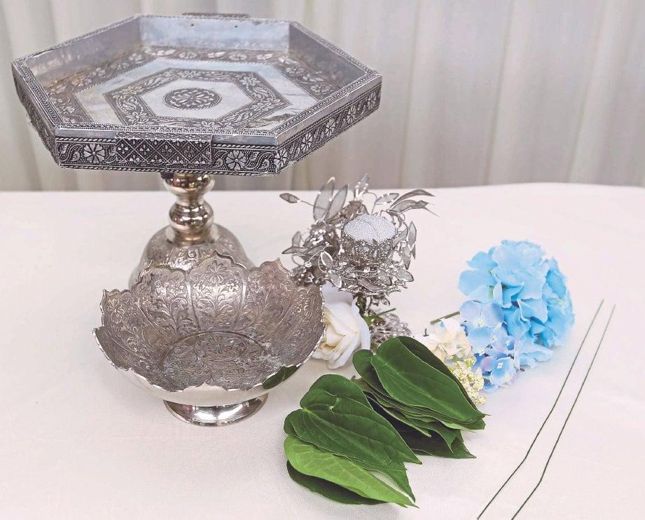 1. BAHAN untuk sirih junjung dulang hantaran, sirih, mawar, bekas cincin dan dawai halus.