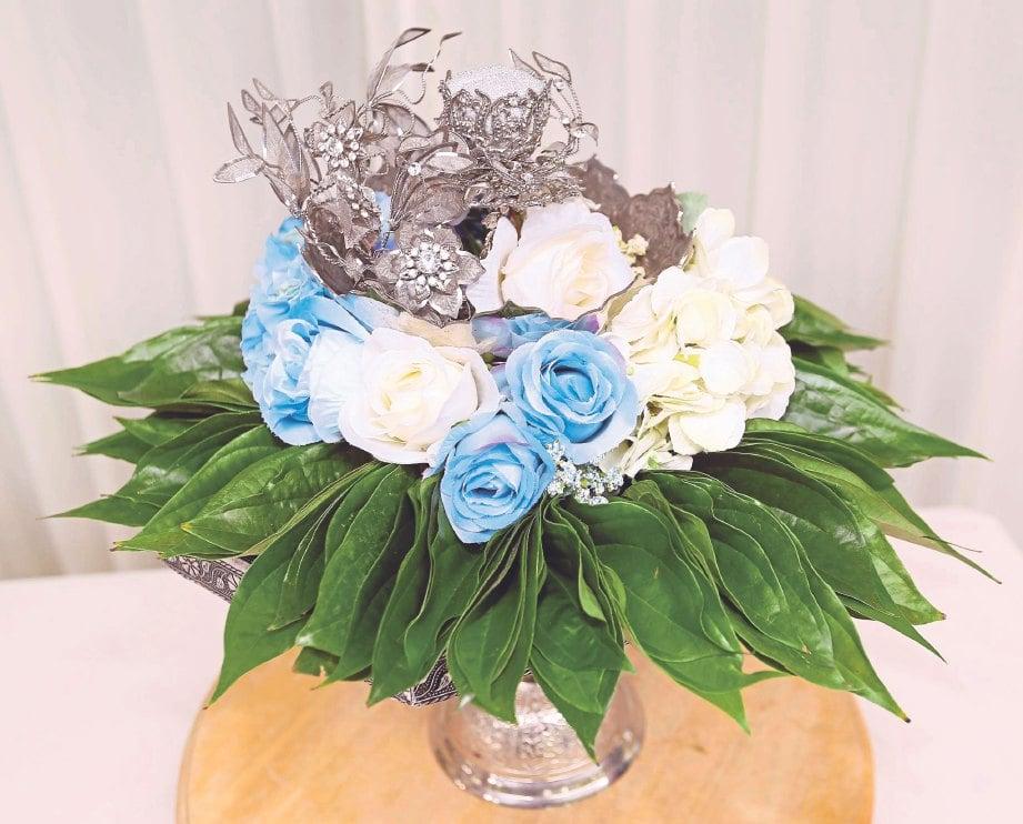 HANTARAN sirih junjung lebih moden dan menyerlah menggunakan mawar sebagai hiasan.