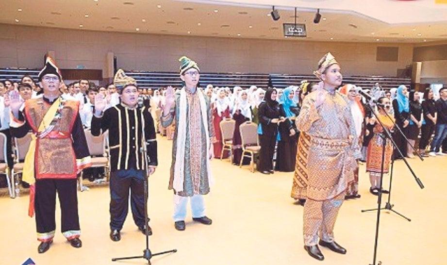 PELAJAR Asasi UNIMAS berbaju mengikut kaum di Sarawak ketika majlis ikrar. FOTO NSTP