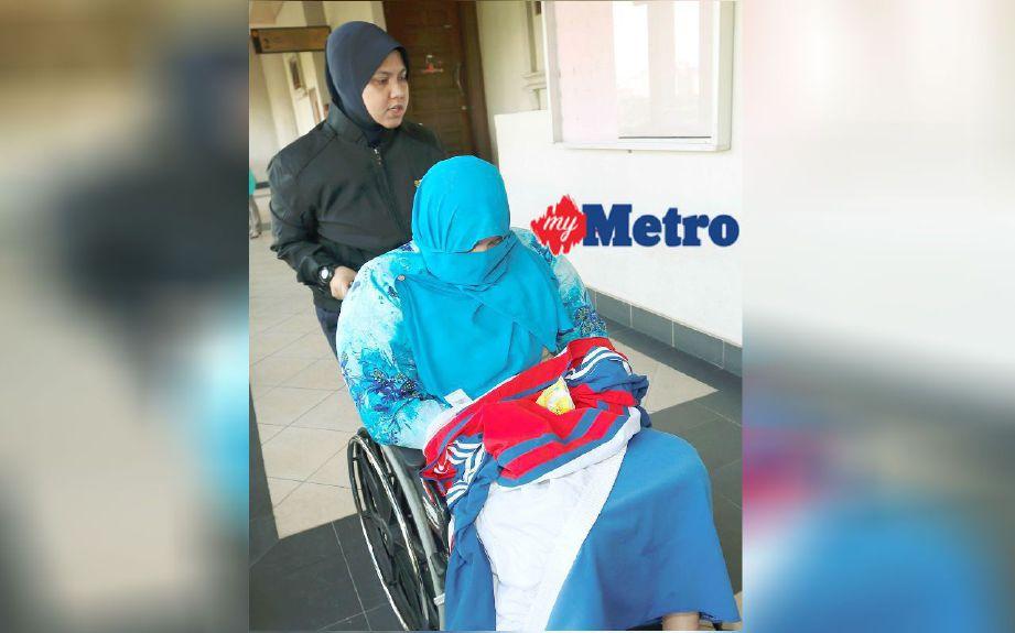 Pegawai SPRM membawa Siti Nor untuk didakwa atas tujuh pertuduhan membuat tuntutan perubatan palsu di Mahkamah Sesyen Kuala Lumpur. FOTO Rosdan Wahid