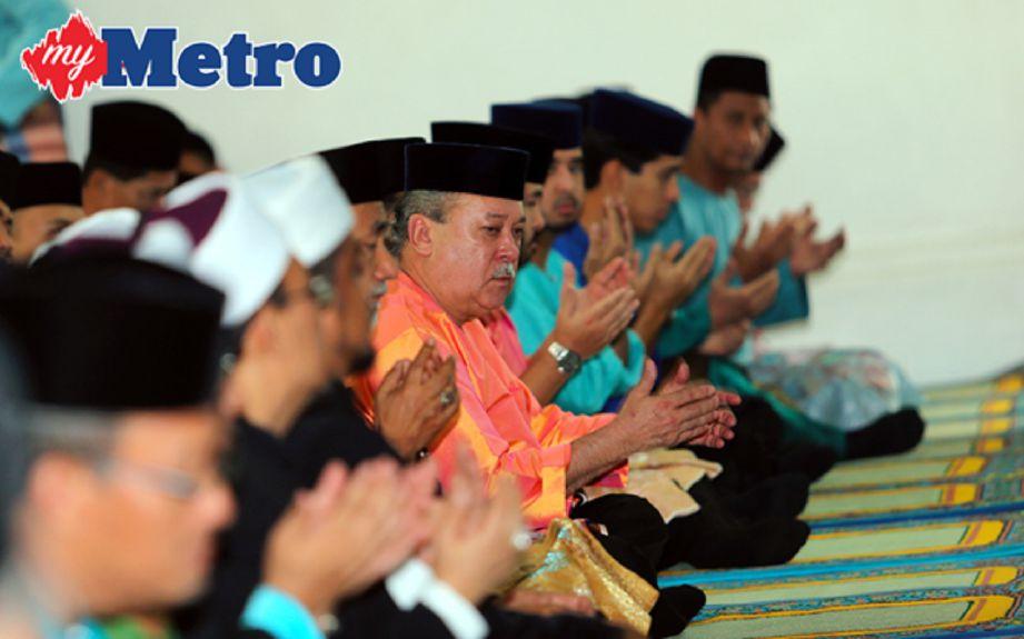 Sultan Johor, Sultan Ibrahim Iskandar mengaminkan doa selepas solat sunat Aidilfitri di Masjid Pasir Pelangi, Johor Bahru. FOTO ZULKARNAIN AHMAD TAJUDDIN