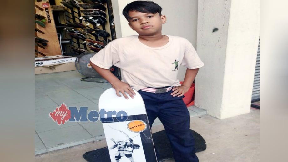 IAN Nuriman bergaya dengan tali pinggang Kiki Lala dan seluar sekolah.