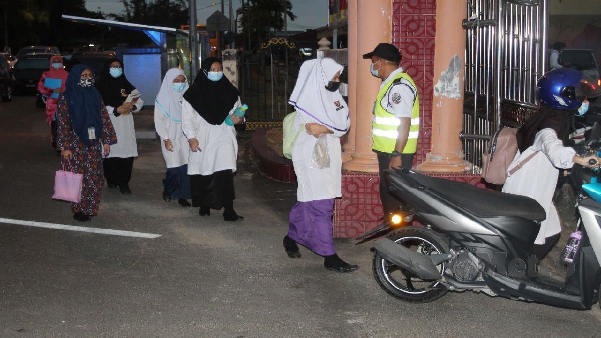 PELAJAR Tingkatan Lima patuh SOP ketika hadir di Sekolah Menengah Kebangsaan Pengkalan Chepa hari ini. FOTO NIK ABDULLAH NIK OMAR