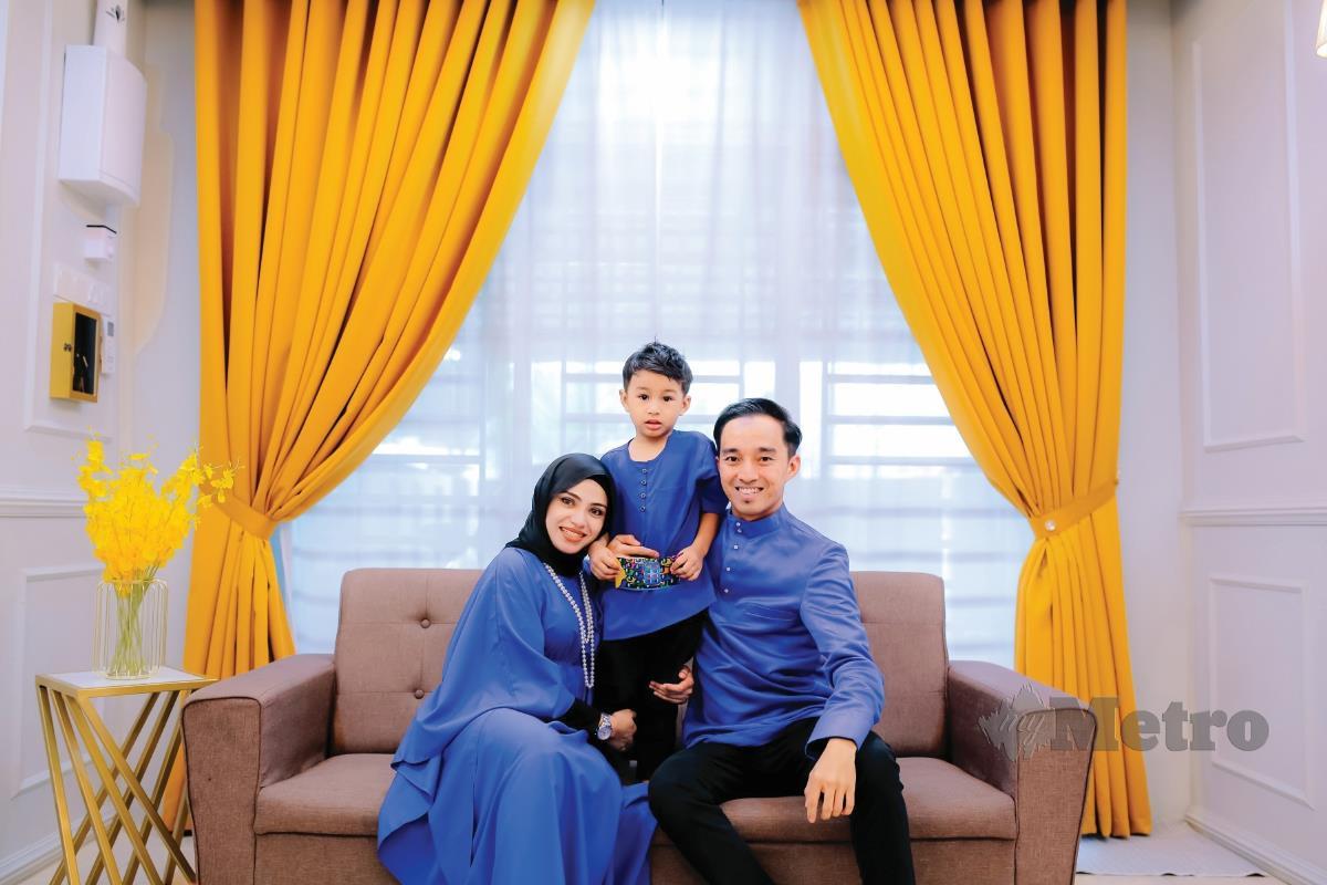 SHAHIRA bersama keluarga.