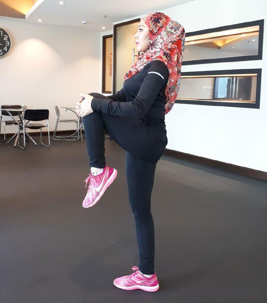 4. BETULKAN postur tubuh dan angkat kaki dalam kiraan 10. Ulang langkah sama bagi kaki kiri.