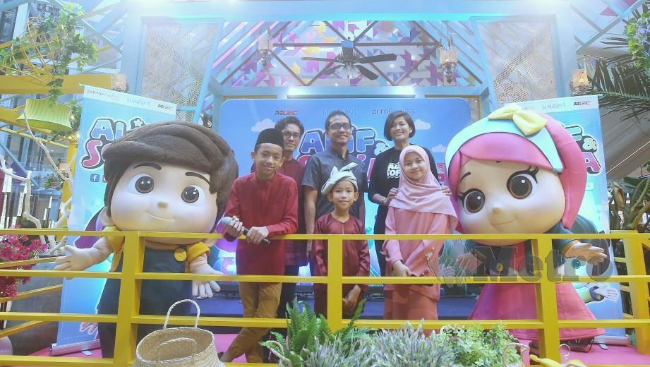 AHMAD Izham (tengah) bersama Pengarah Unit Pengurusan Aset Digital Perlesenan dan Pembarangan Media Prima Berhad, Airin Zainul serta Ketua Pegawai Eksekutif Blindspot Studios, Lukman Nul Hakim bergambar beramai selepas  Majlis Pelancaran Animasi, di Icity Mall. FOTO/NUR ADIBAH AHMAD IZAM.