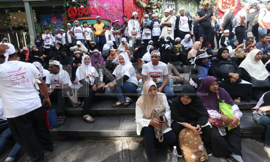 PESERTA mula berkumpul di hadapan Kompleks Beli-Belah Sogo, Kuala Lumpur. FOTO Mohamad Shahril Badri Saali.