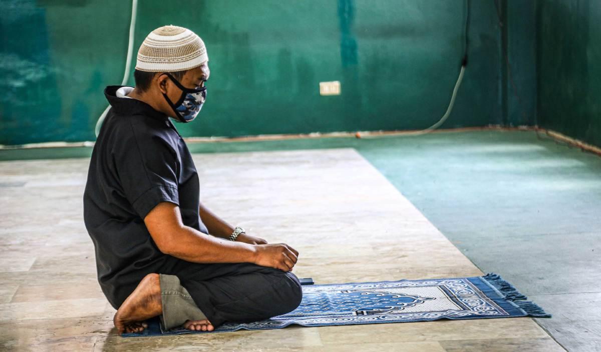 UMAT Islam diperintah untuk mencintai Nabi Muhammad SAW melebihi cinta mereka kepada makhluk lain. FOTO AFP
