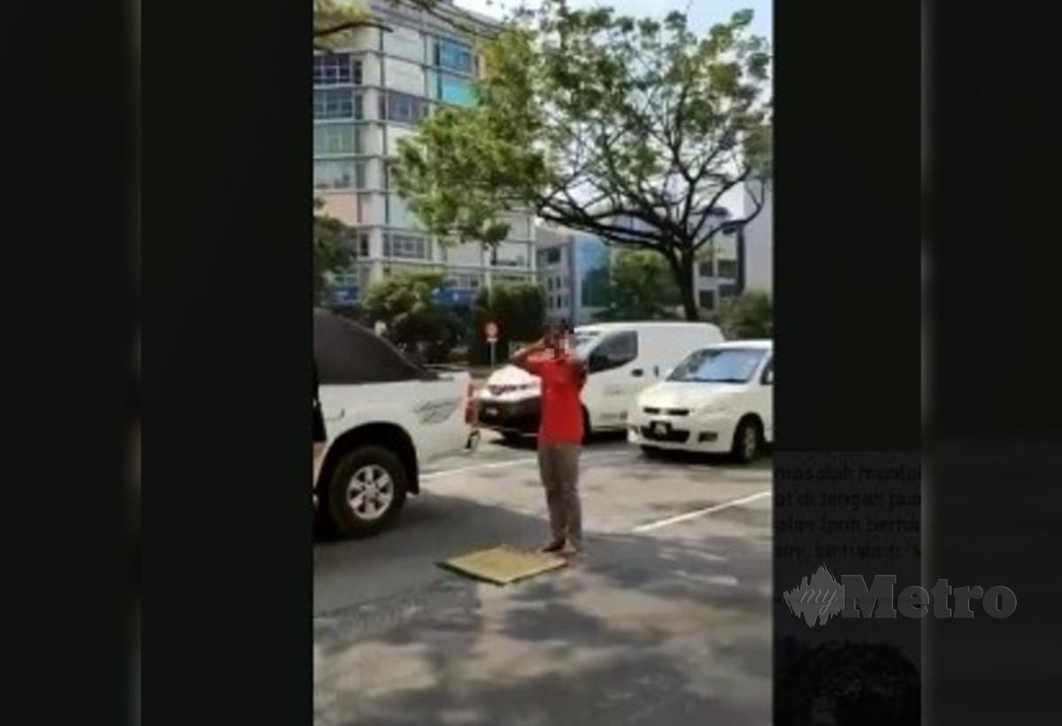 Gambar rakaman video yang tular mengenai seorang lelaki solat di tengah jalan di Jalan Ipoh berdekatan Taman City, Kuala Lumpur semalam. Foto Ihsan Pembaca