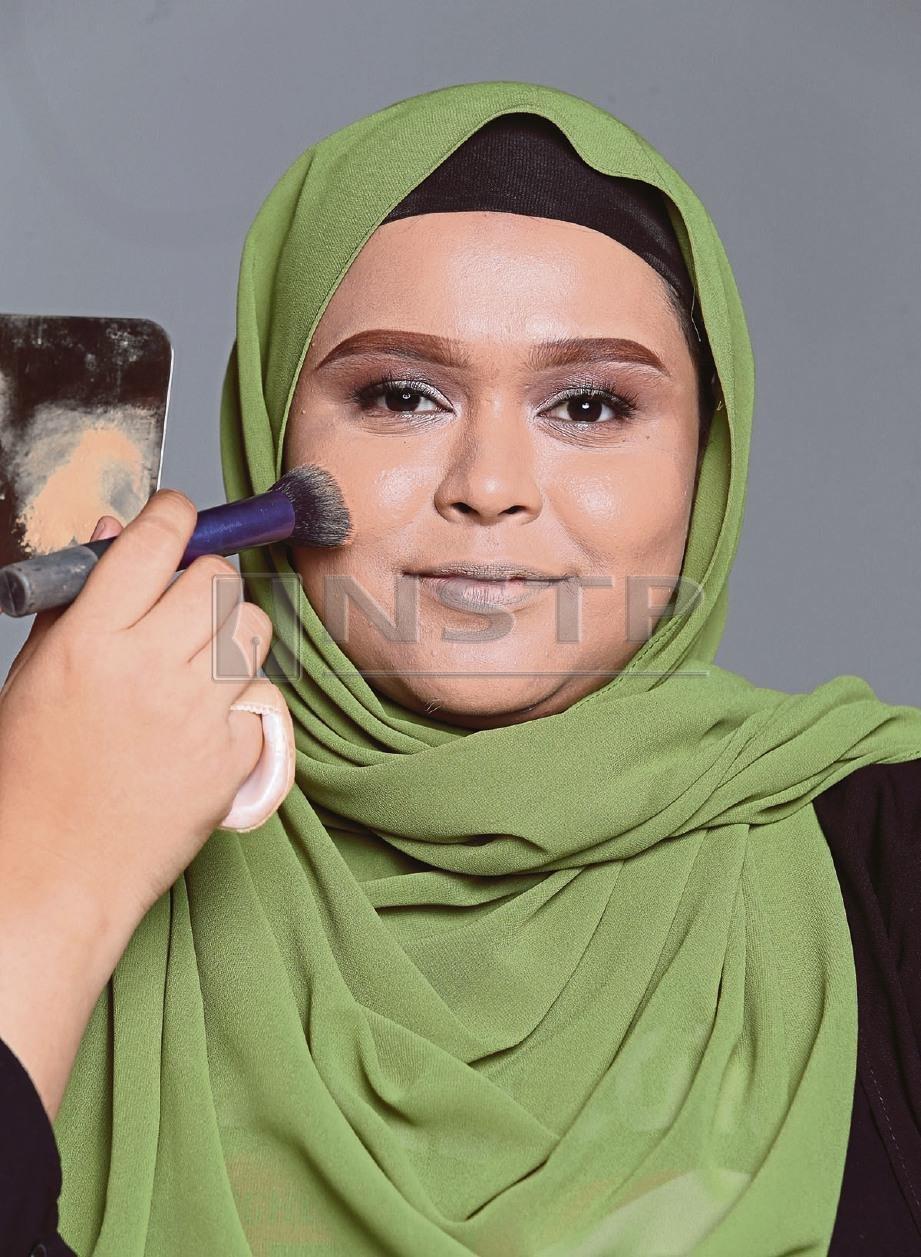 4. RATAKAN alas bedak di seluruh wajah diikuti teknik kontur dan bayangan untuk efek wajah lebih tirus. FOTO Salhani Ibrahim