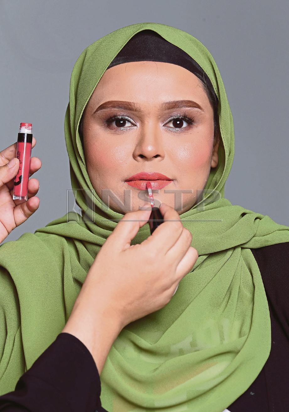 7.SAPUKAN gincu bibir warna semula jadi. FOTO Salhani Ibrahim