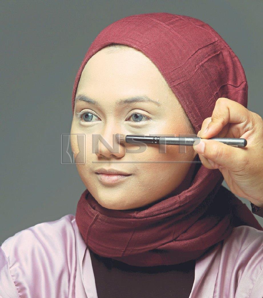 3. SAPUKAN bedak tabur dan lakukan teknik pembayang supaya wajah kelihatan lebih terbentuk. FOTO Aziah Azmee