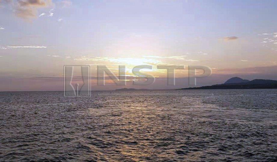 SUASANA sebelum matahari terbenam yang sempat dirakamkan di atas kapal.