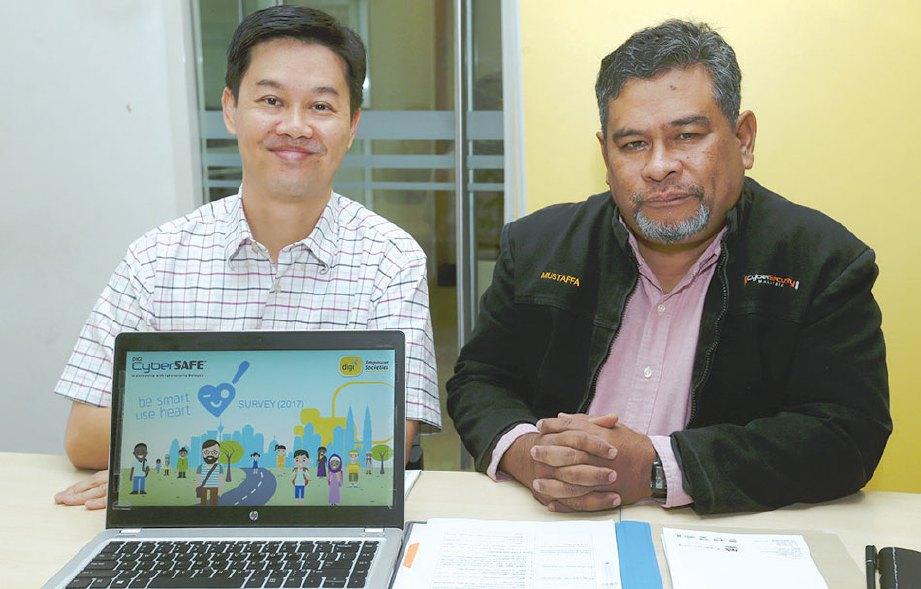 LING (kiri) dan Mustaffa mahu CyberSAFE diperluas ke luar bandar.