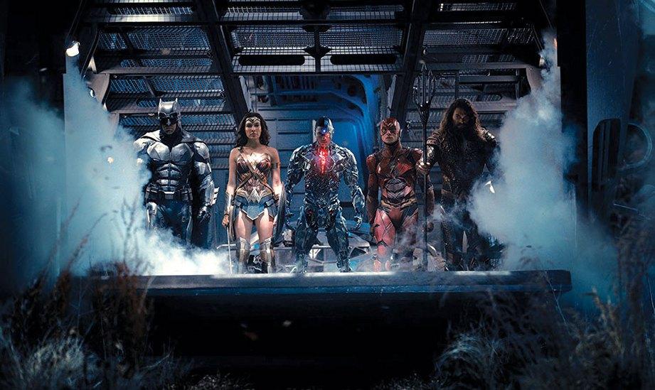 BARISAN adiwira Justice League.