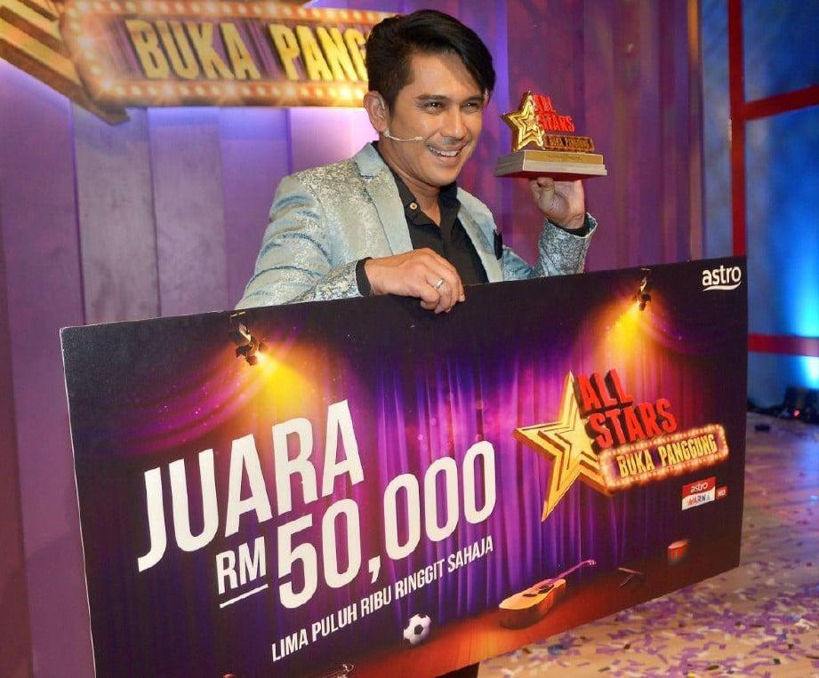 ZUL Huzaimy membawa pulang hadiah wang tunai RM50,000 dan trofi. FOTO/FAIZ ANUAR