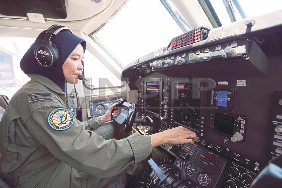 MEJAR Nuralisa  membuat pemeriksaan sebelum penerbangan.