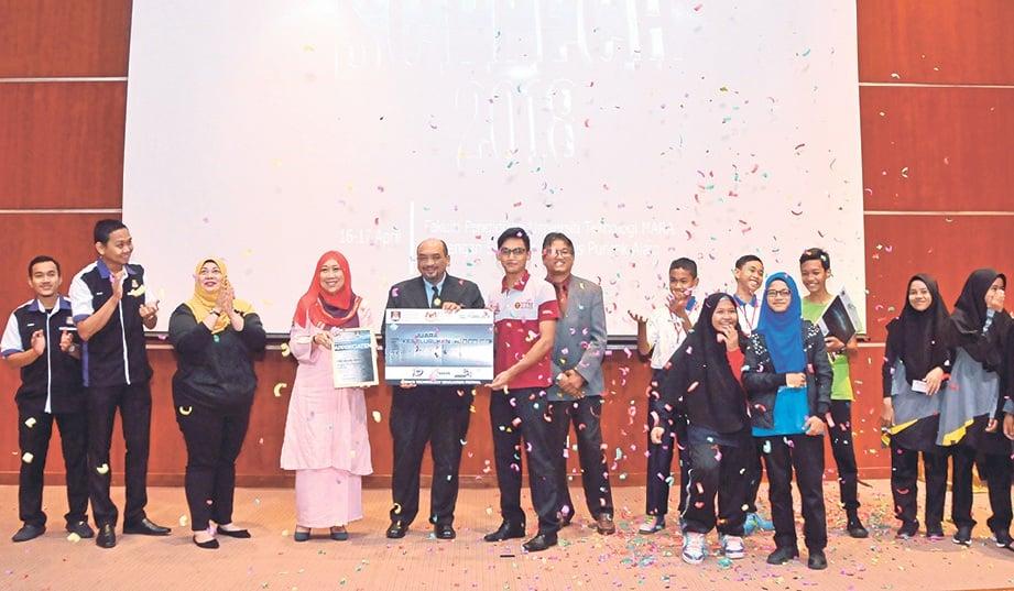 PELAJAR Maktab Rendah Sains Mara (MRSM) Mersing menerima hadiah bagi juara Keseluruhan MINI SCITECH 2018.