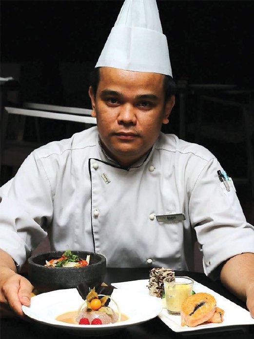 9. CEF Mohamad Shahril menunjukkan stik salmon yang siap dimasak.