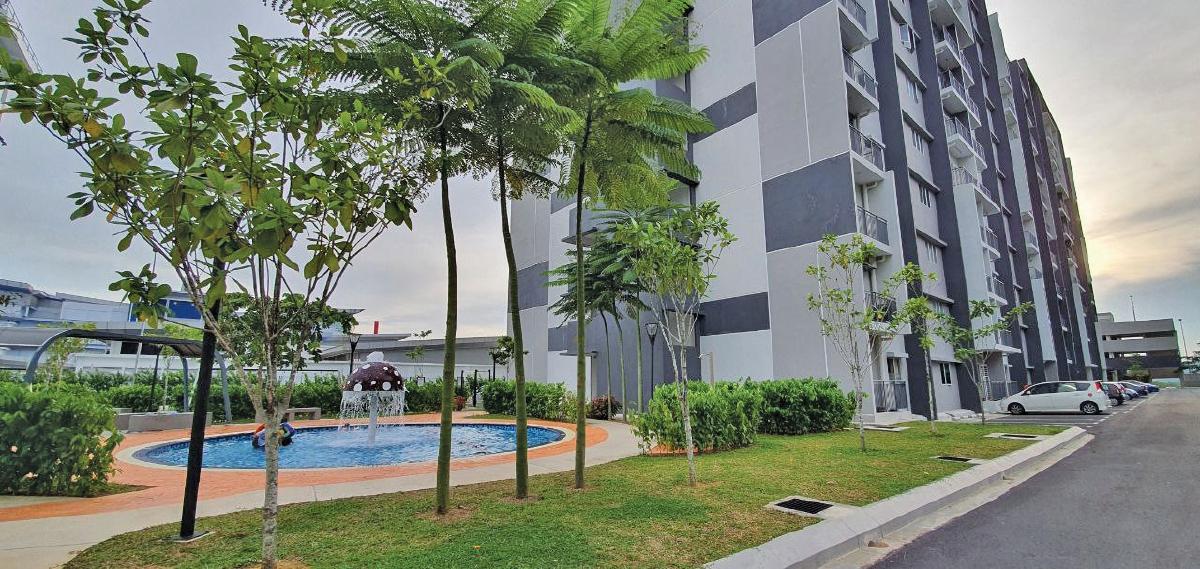 KEMUDAHAN kolam untuk kanak-kanak yang sesuai untuk aktiviti riadah keluarga.