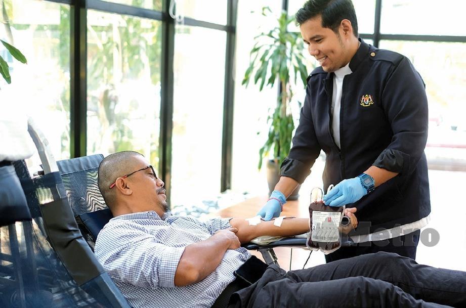 PETUGAS Pusat Darah Negara membantu kakitangan NSTP menderma darah sempena Program Kesedaran Kesihatan.  FOTO: Nurul Syazana Rose Razman