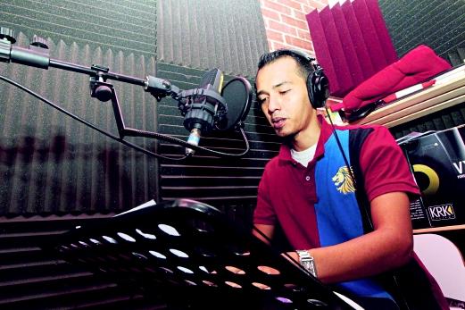 Mohd Azuan ketika menjalani rakaman alih suara di studio.