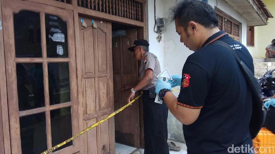 Polis membuat siasatan di rumah seorang dukun yang dibunuh jirannya di Pekalongan, hari ini.