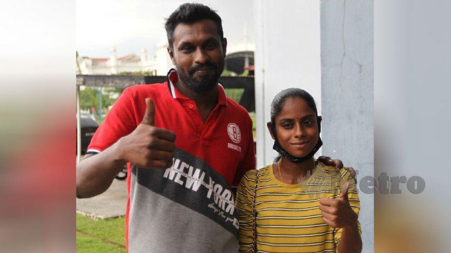 SUGU dan Pavithra bergambar bersama selepas membayar wang jaminan di Mahkamah Sesyen Ipoh. FOTO Sharul Hafiz Zam