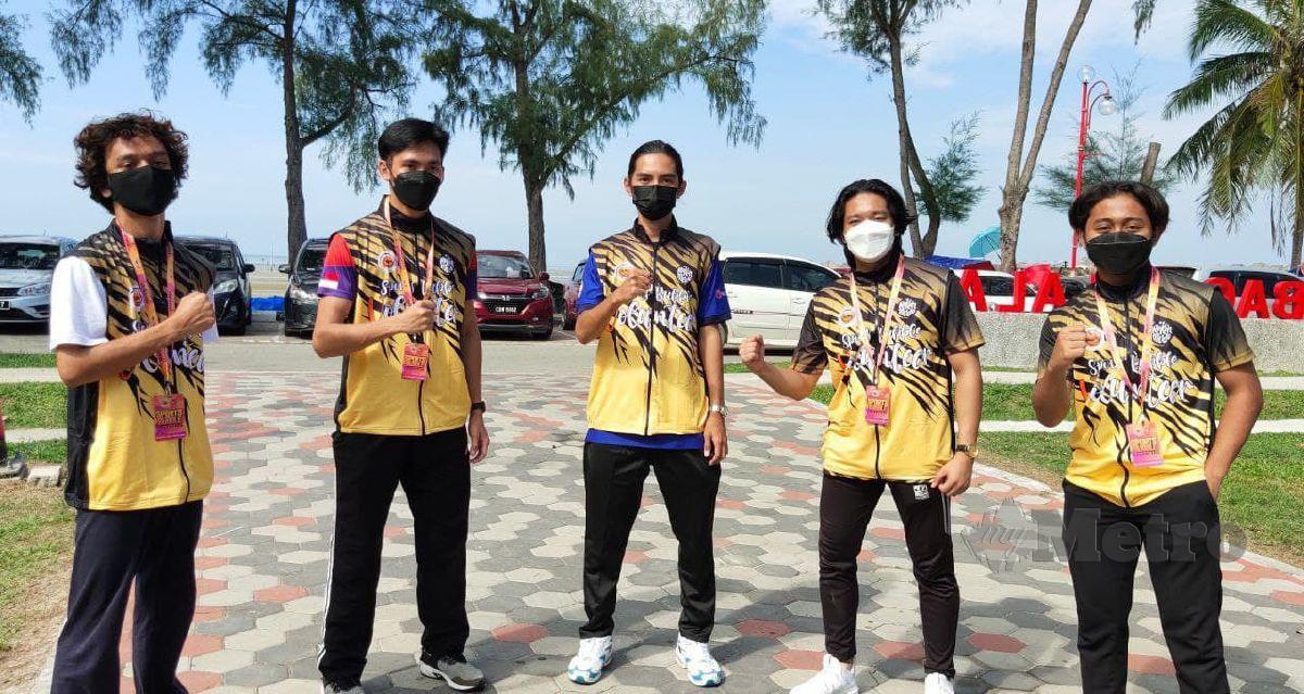 (DARI KIRI) Muhammad Izzad, Muhammad Khalif dan Putra Nuradery (kanan sekali) memilih kerjaya bidang sukarelawan bagi mendapatkan sumber kewangan ketika pandemik Covid-19. FOTO SAMADI AHMAD